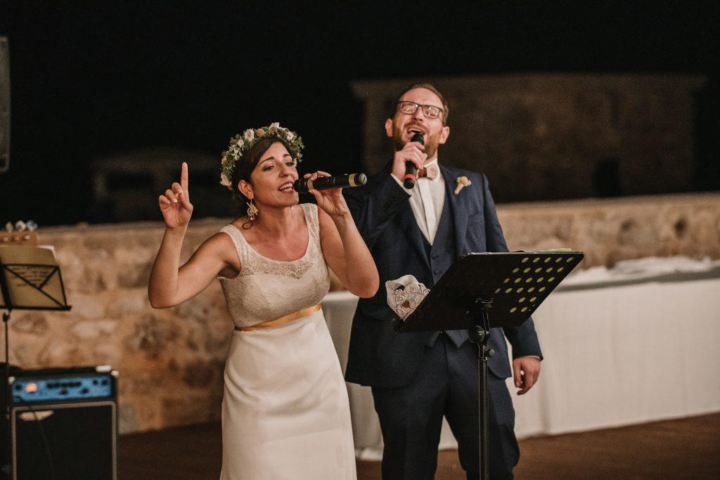 In questa foto due sposi che cantano durante il loro matrimonio