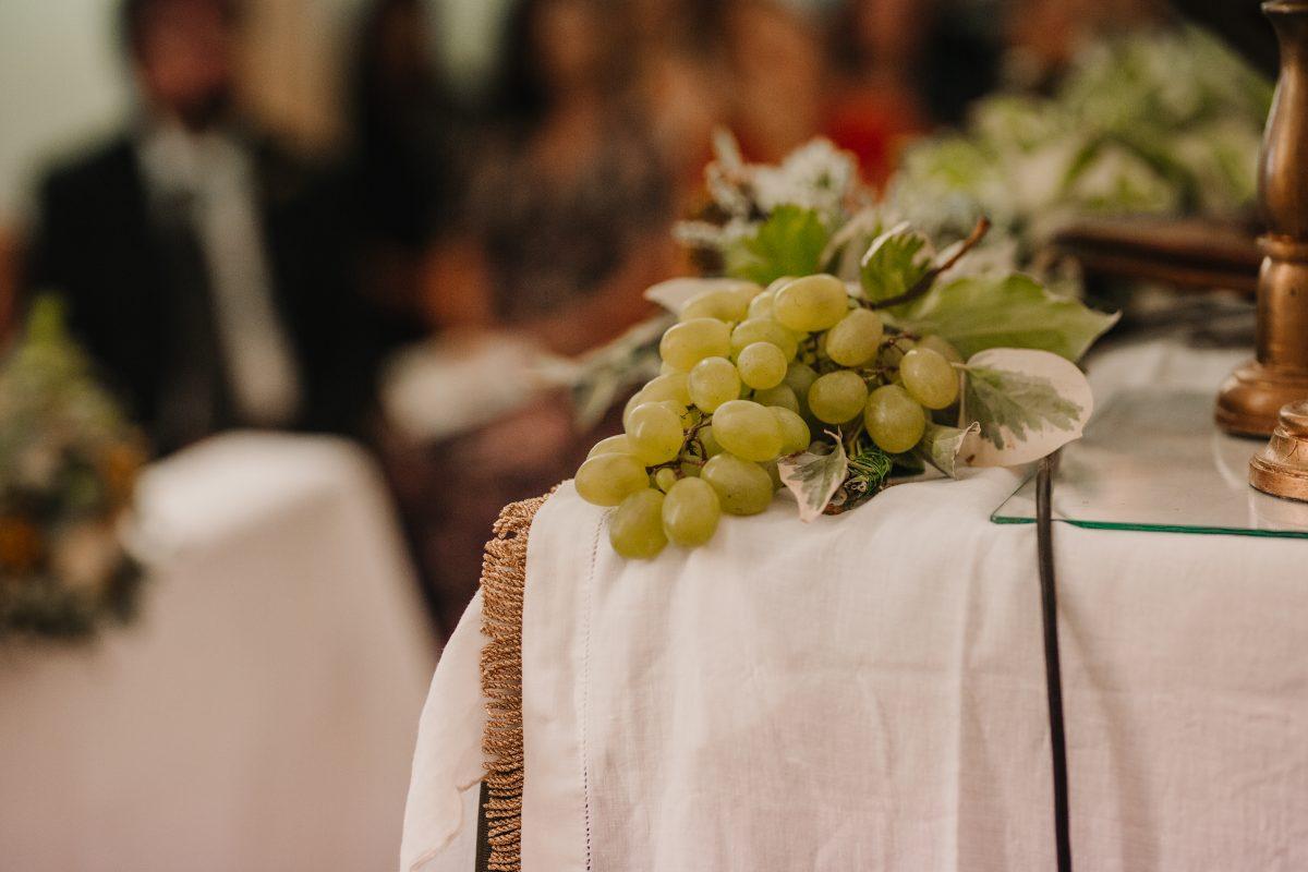In questa foto dell'uva usata in un allestimento floreale per matrimonio in Sicilia