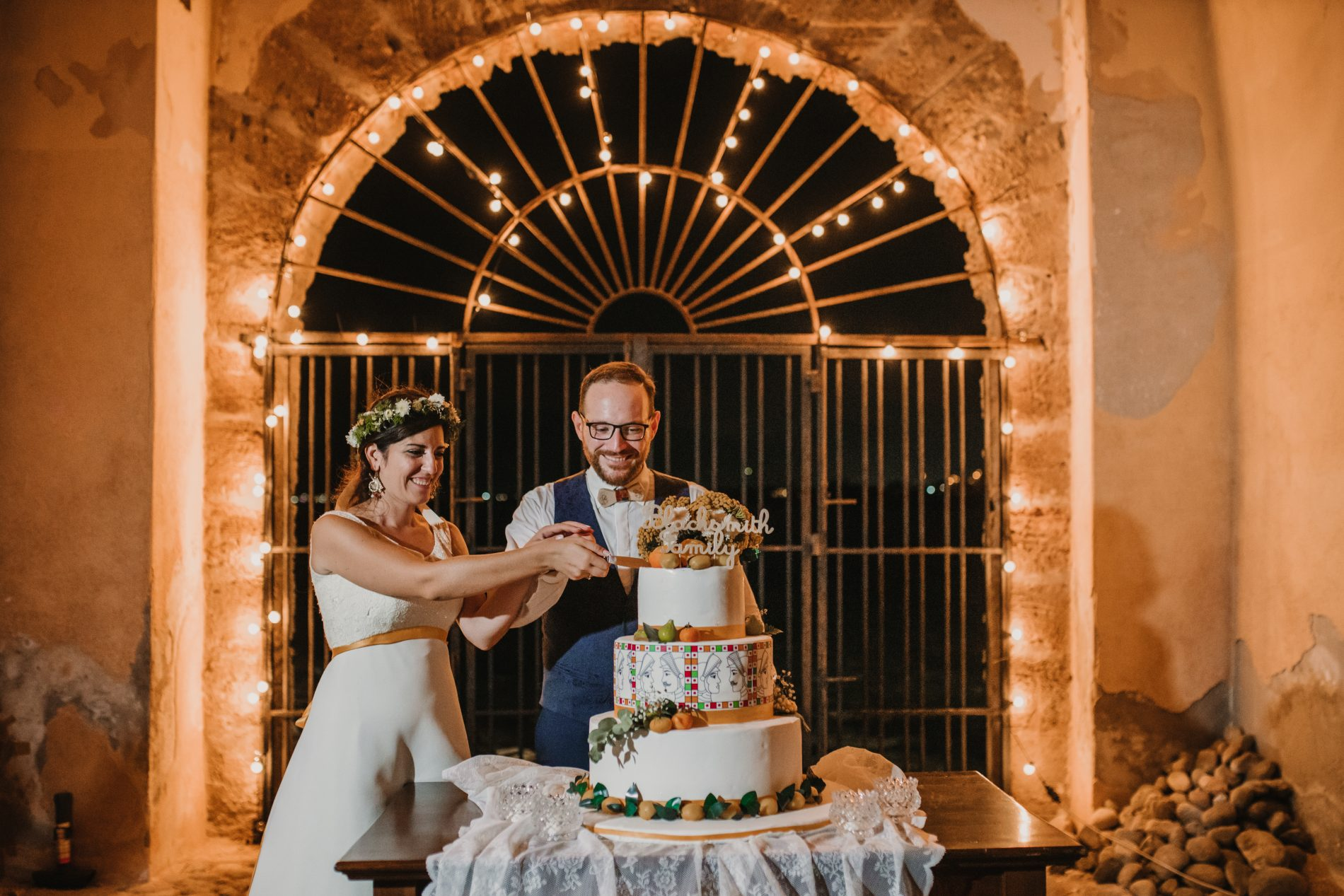 In questa foto gli sposi al taglio della wedding cake nel matrimonio siciliano di Antonella Candido di Candido Wedding