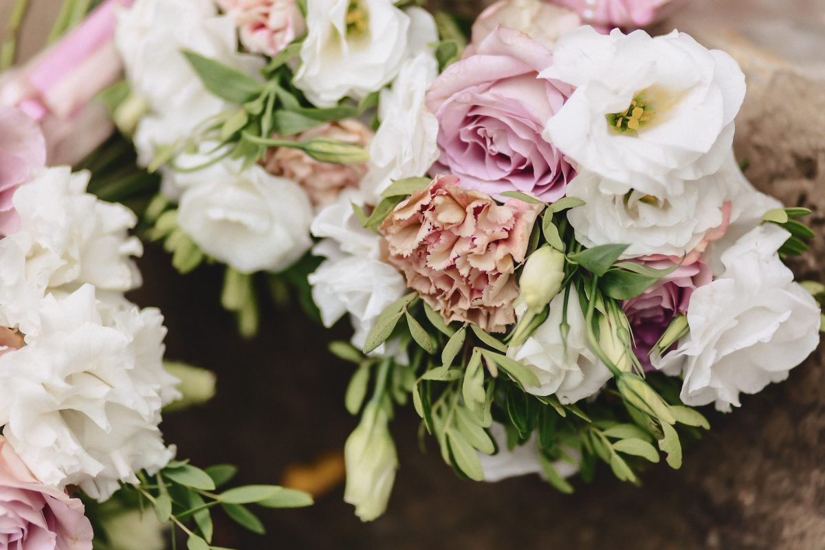 In questa foto decorazioni di nozze in rosa e bianco