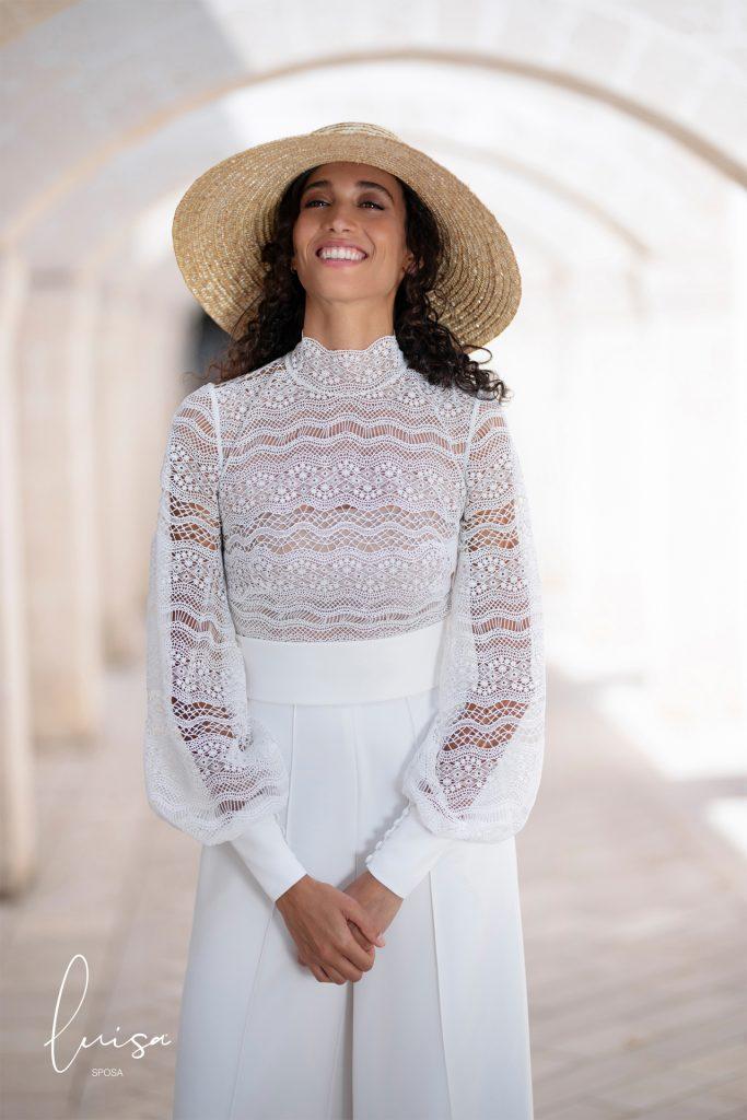 In questa foto una modella indossa un cappello di paglia a falda maxi invece del tradizionale velo da sposa