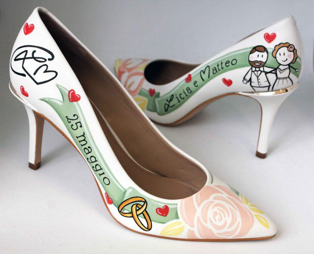 In questa foto un paio di scarpe da sposa personalizzate con disegni e scritte che richiamano alla mente gli sposi e il giorno delle loro nozze