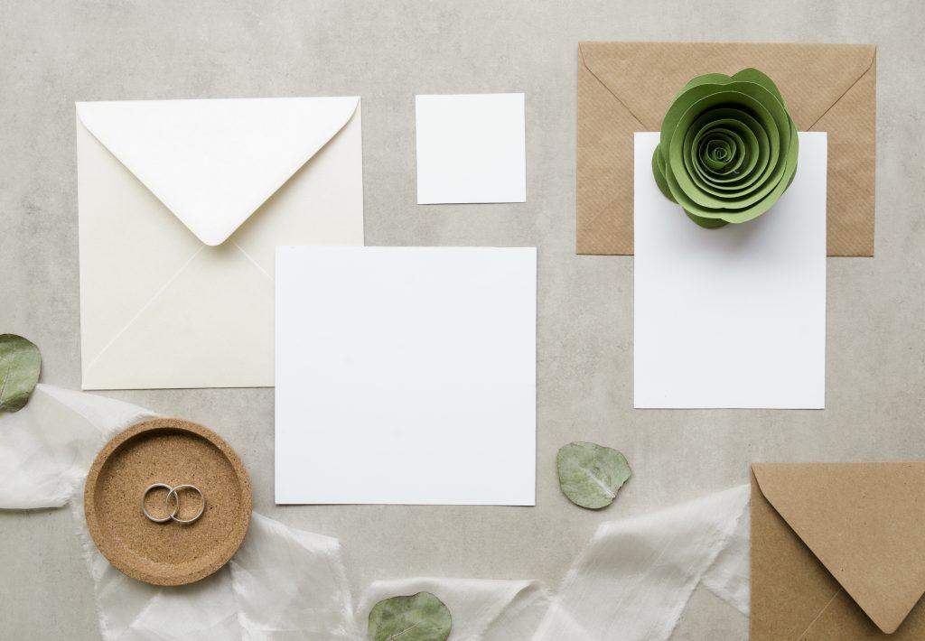 In questa foto un esempio di carta e busta da utilizzare per le partecipazioni di matrimonio