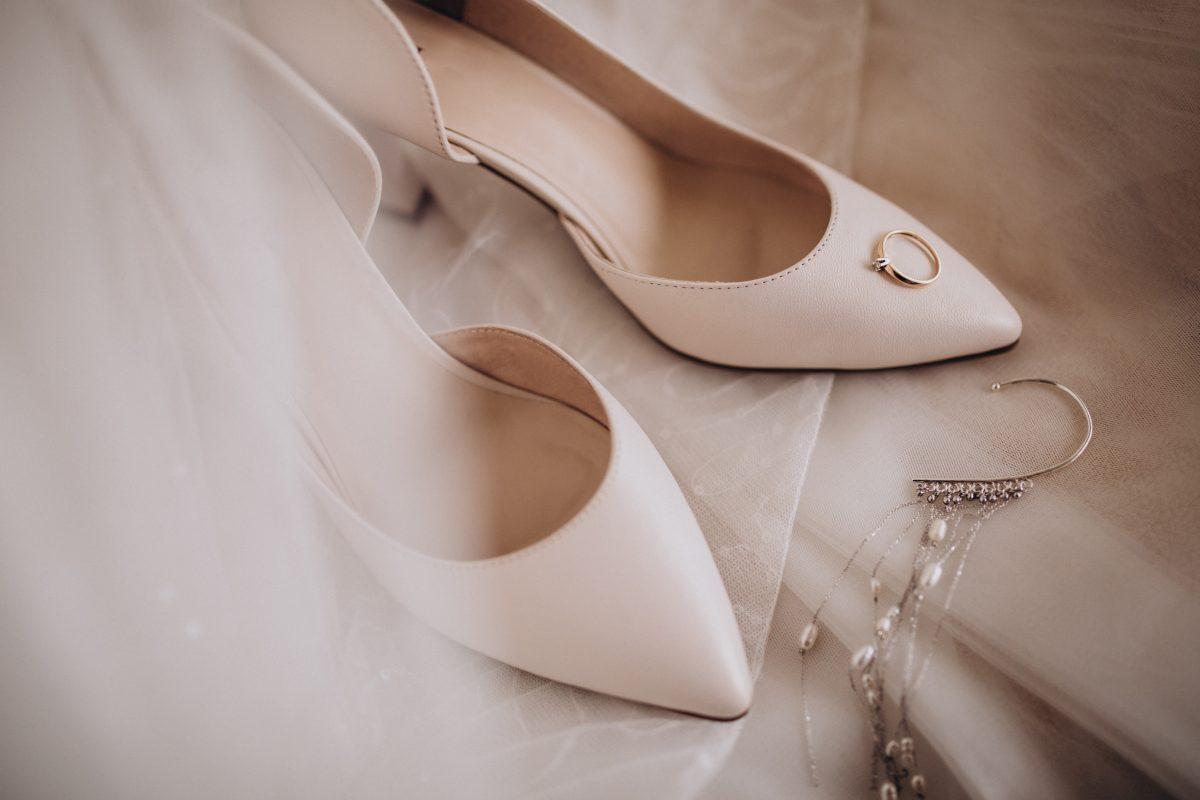 In questa foto un paio di scarpe da sposa con il velo