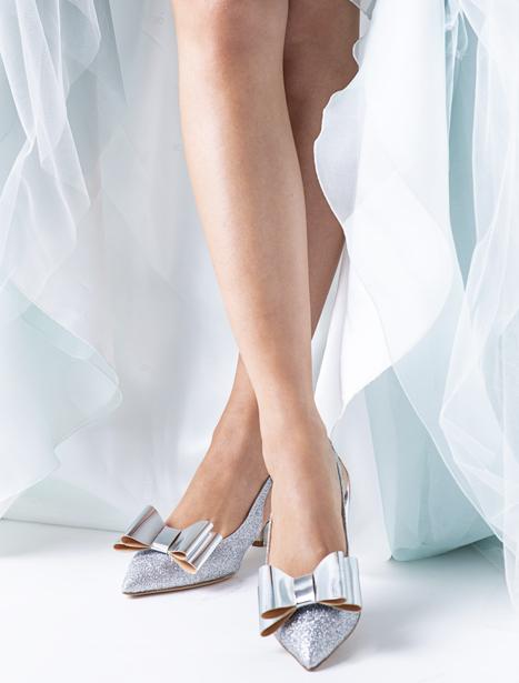 In questa foto, un paio di scarpe da sposa Penrose con fiocco sulla punta