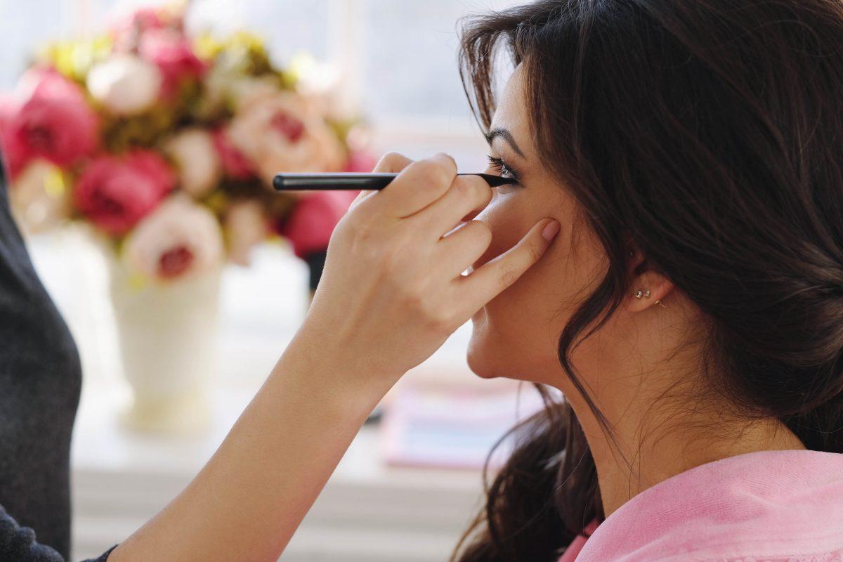 In questa foto una make up artist realizza un trucco sposa Palermo