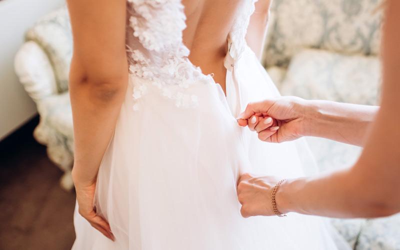 In questa foto un abito da sposa con la schiena nuda visto di spalle