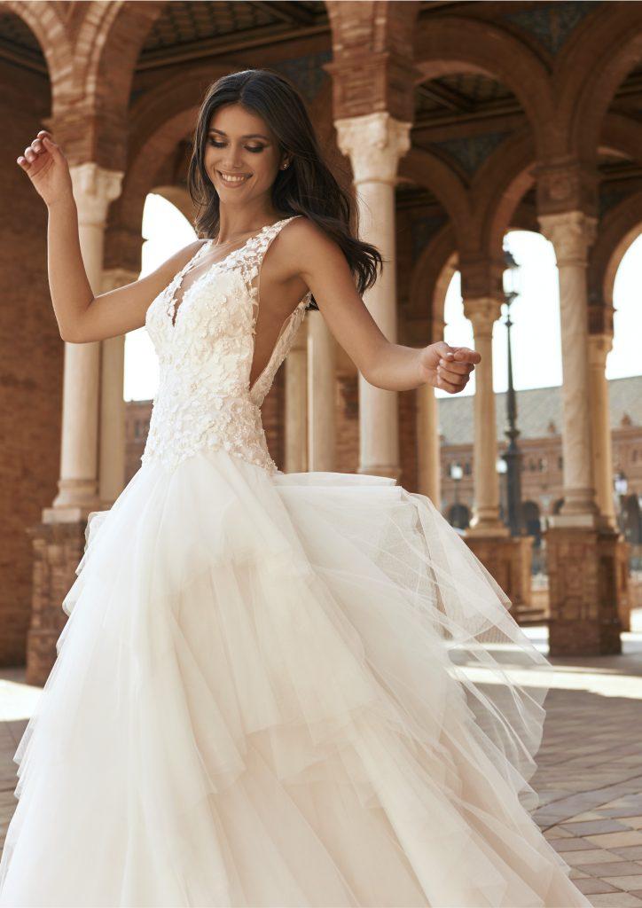 In questa foto una modella indossa l'abito da sposa Amaya, della nuova collezione Marchesa for Pronovias