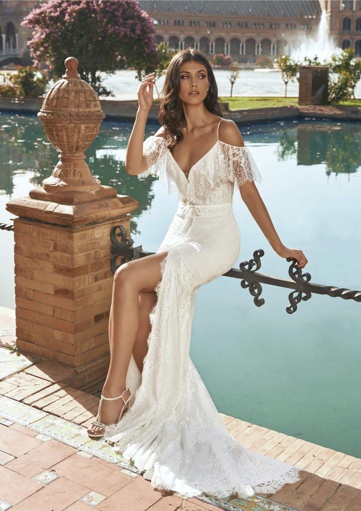 In questa foto una modella indossa l'abito da sposa Bacan, della nuova collezione Marchesa for Pronovias