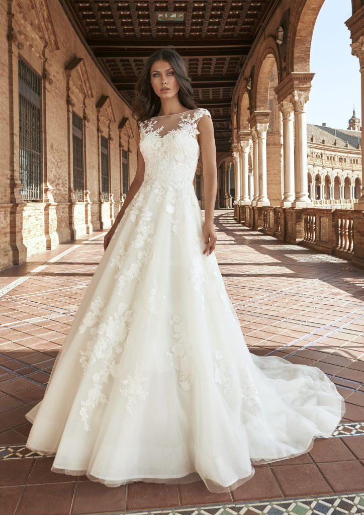In questa foto una modella indossa l'abito da sposa Baras, della nuova collezione Marchesa for Pronovias