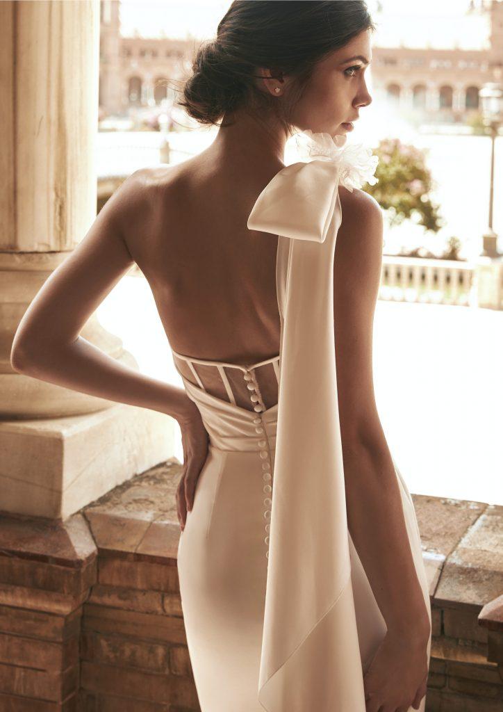 In questa foto una modella indossa l'abito da sposa Bernarda, della nuova collezione Marchesa for Pronovias