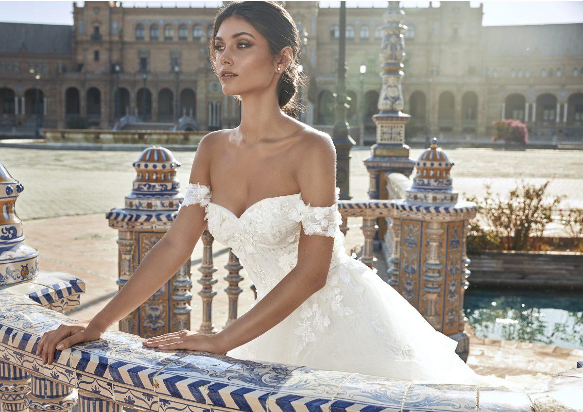 In questa foto una modella indossa un abito da sposa della nuova linea Marchesa for Pronovias