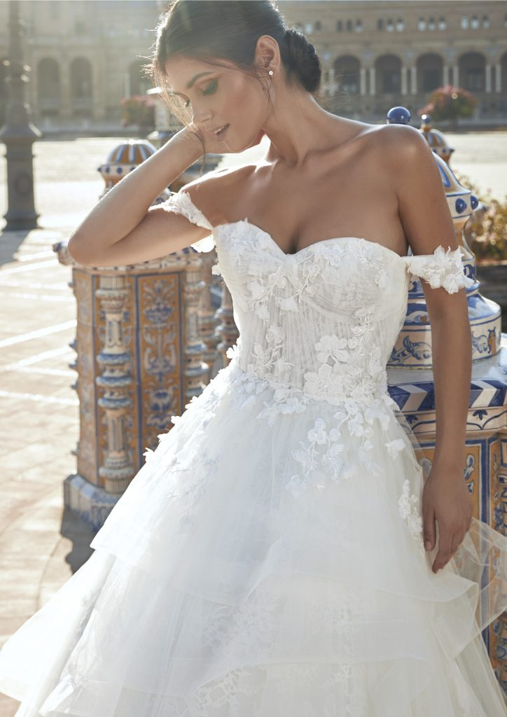 In questa foto una modella indossa l'abito da sposa Carrasco, della nuova collezione Marchesa for Pronovias
