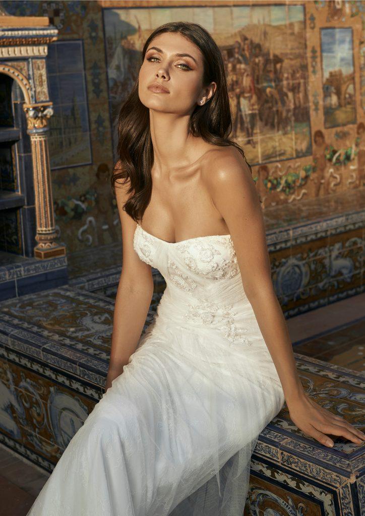 In questa foto una modella indossa l'abito da sposa Esperanza, della nuova collezione Marchesa for Pronovias