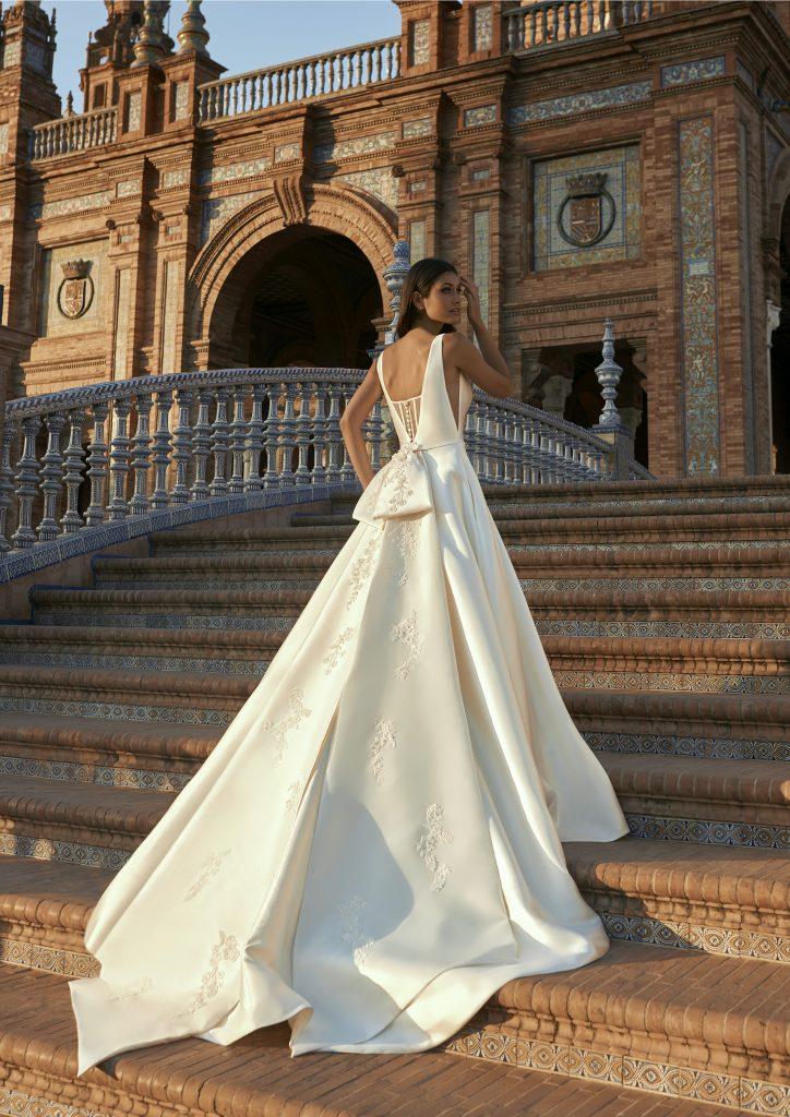 In questa foto una modella indossa l'abito da sposa Fernarda, della nuova collezione Marchesa for Pronovias
