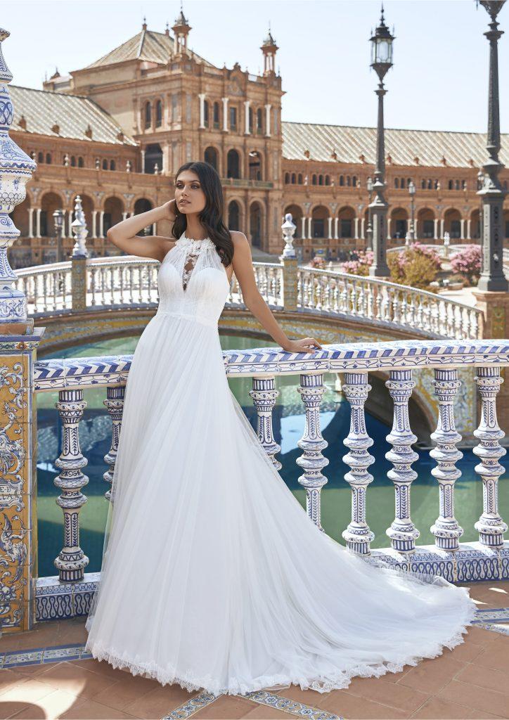 In questa foto una modella indossa l'abito da sposa Hoyos, della nuova collezione Marchesa for Pronovias