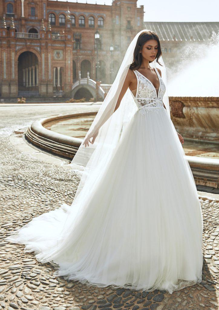 In questa foto una modella indossa l'abito da sposa Marisol, della nuova collezione Marchesa for Pronovias