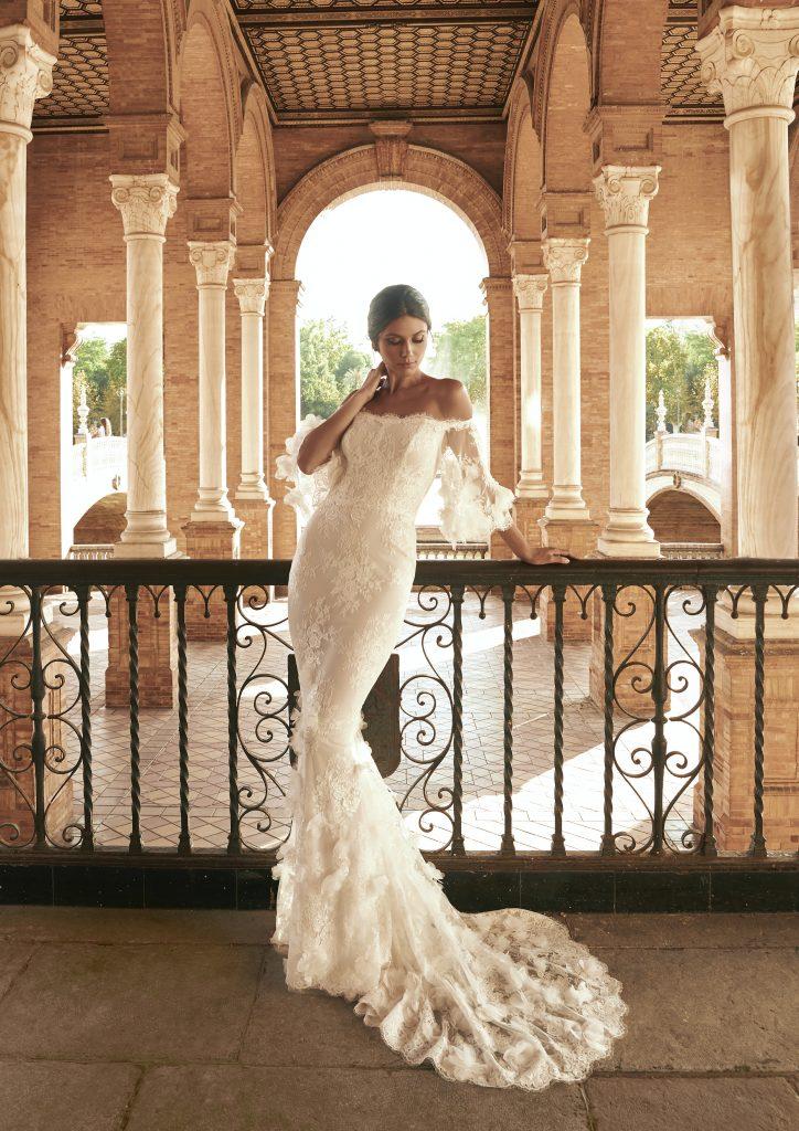 In questa foto una modella indossa l'abito da sposa Paulanda, della nuova collezione Marchesa for Pronovias