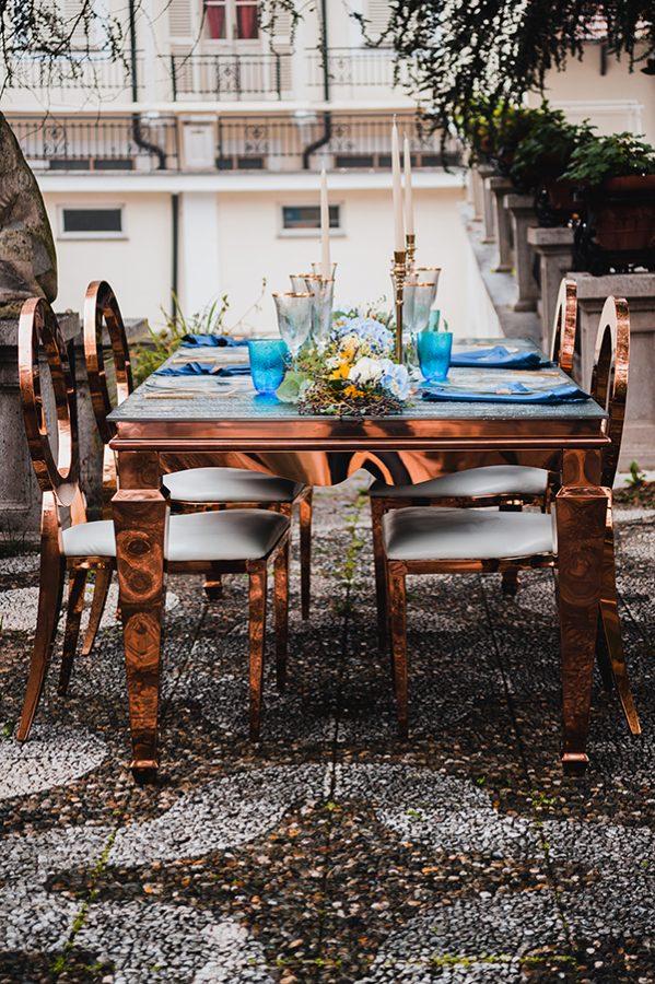 Un tavolo allestito in stile country-chic