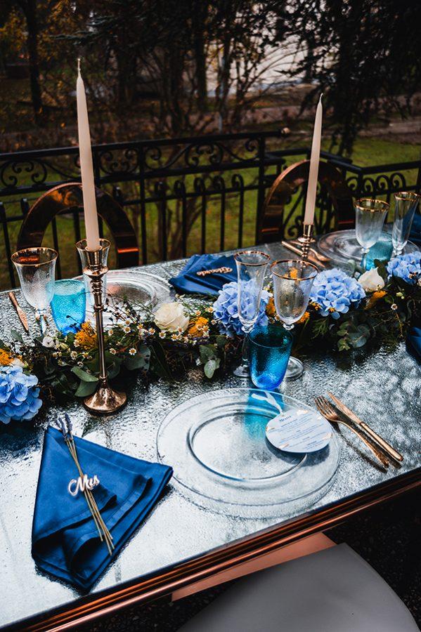 In questa foto l'allestimento di un tavolo imperiale in un matrimonio nel bosco