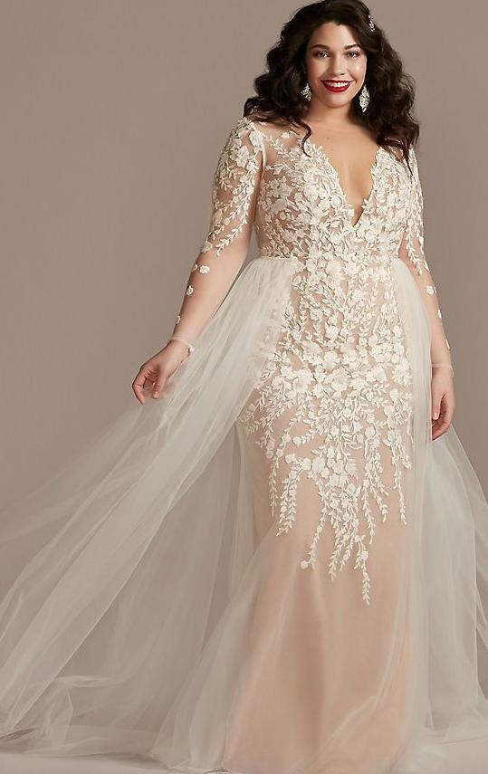 In questa foto una modella indossa un abito da sposa curvy di Davids Bridal