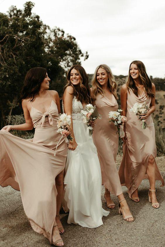 In questa foto una sposa con le sue tre damigelle vestite di rosa antico