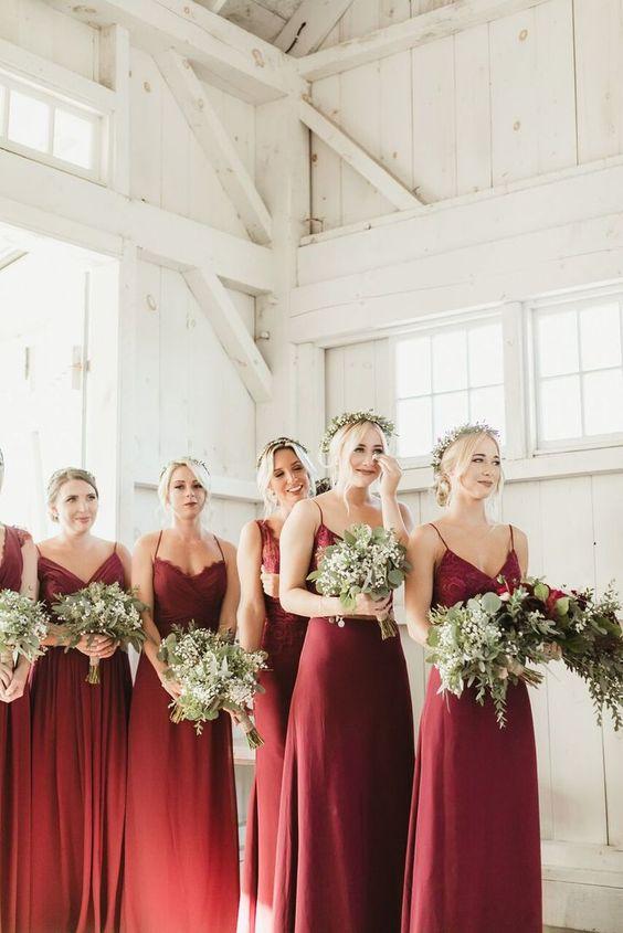In questa foto un gruppo di damigelle del matrimonio emozionate, indossano abiti sottoveste color bordeaux