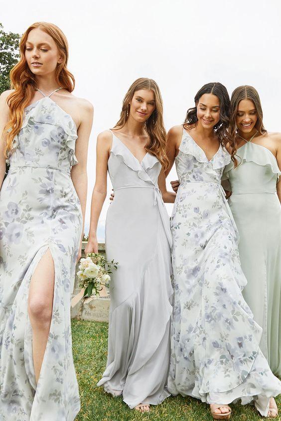 In questa foto quattro modelle indossano abiti per damigelle di nozze: due monocromo, due a fantasia floreale