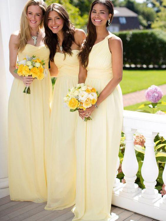 In questa foto tre ragazze in abiti per damigelle di matrimonio gialli