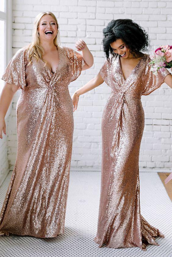 In questa foto due modelle indossano abiti di paillettes in rose gold perfetti per le damigelle del matrimonio