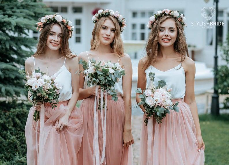 In questa foto tre modelle indossano vestiti per damigella composti da canottiera bianca e gonna in tulle rosa