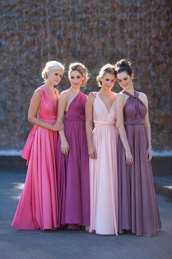 In questa foto quattro modelle indossano abiti per damigelle nei colori del rosa, fucsia, ametista e viola