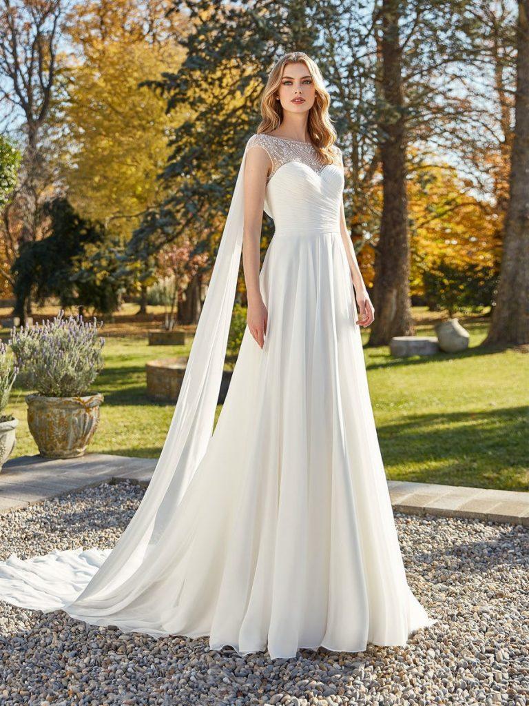 In questa foto una modella indossa un abito da sposa in chiffon di Studio San Patrick