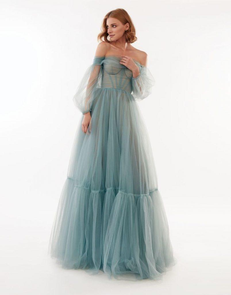 In questa foto una modella indossa un abito da sposa turchese di Milla Nova