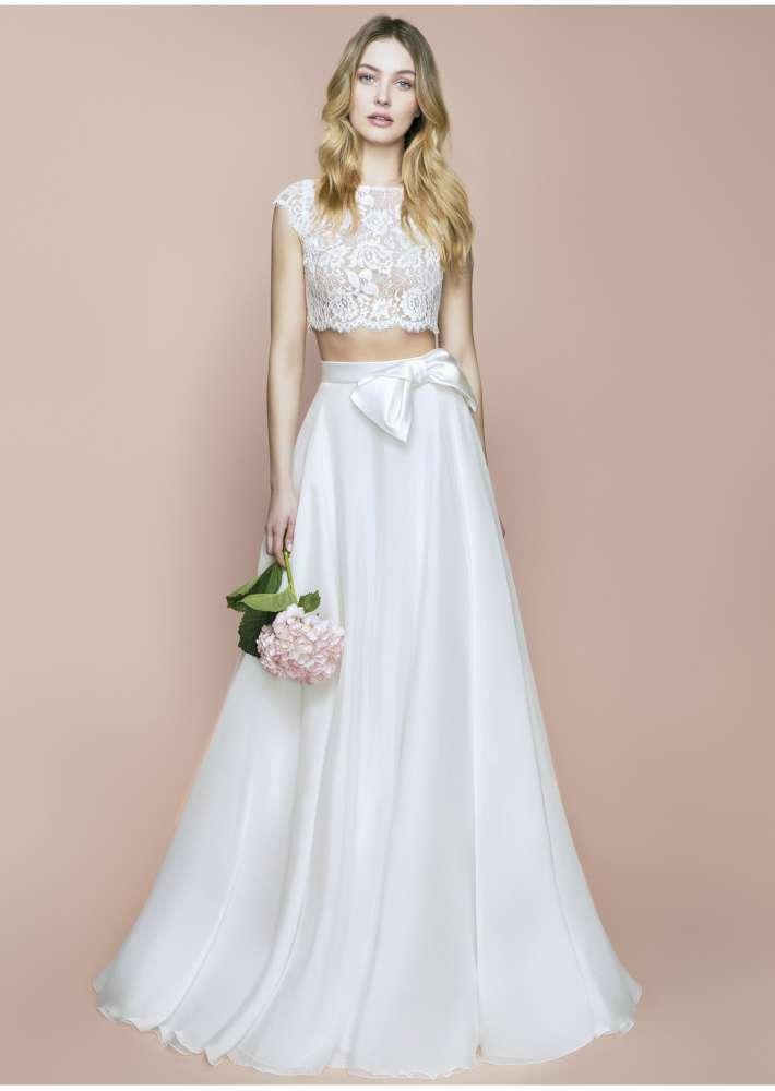 In questa foto una modella indossa un abito da sposa crop top di Blumarine Bridal