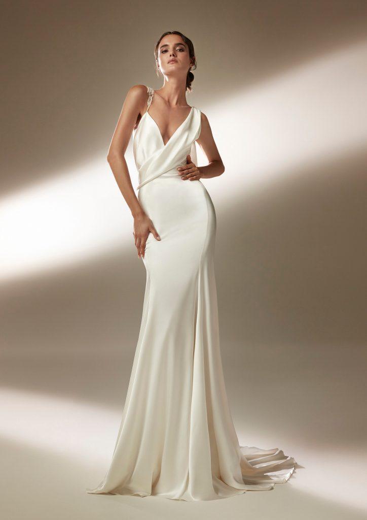 In questa foto una modella indossa un abito da sposa sottoveste in raso di seta Atelier Pronovias