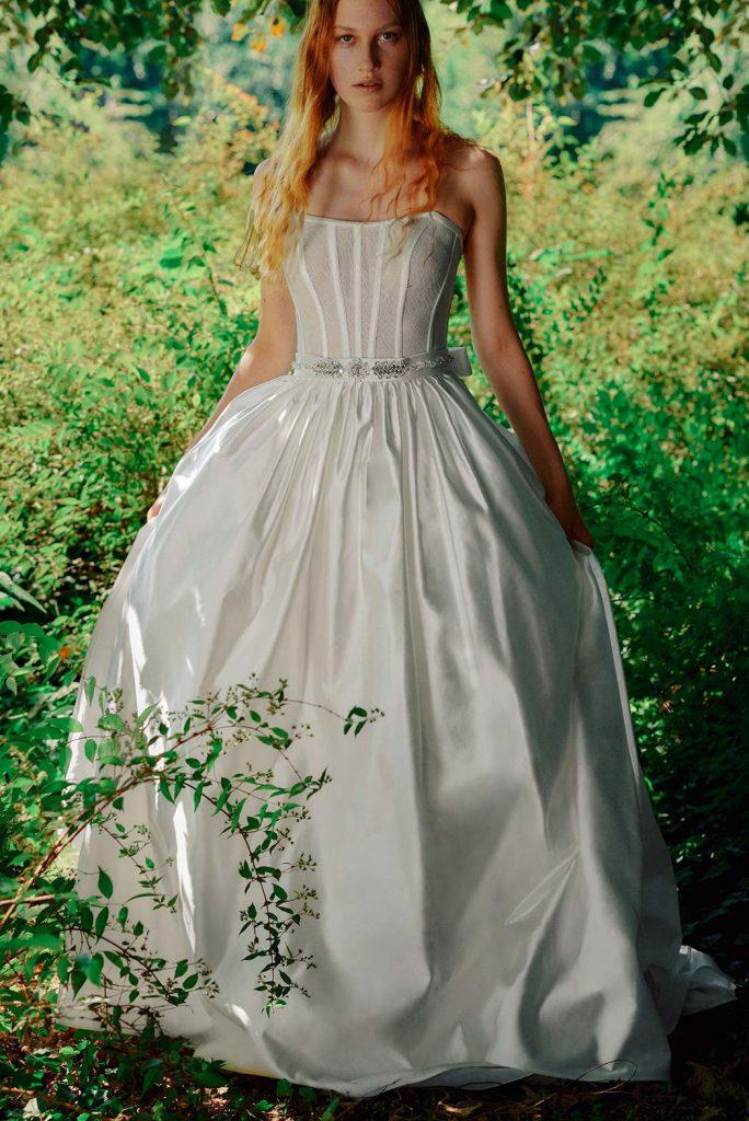 In questa foto una modella indossa un abito da sposa in taffetà di Roberto Cavalli