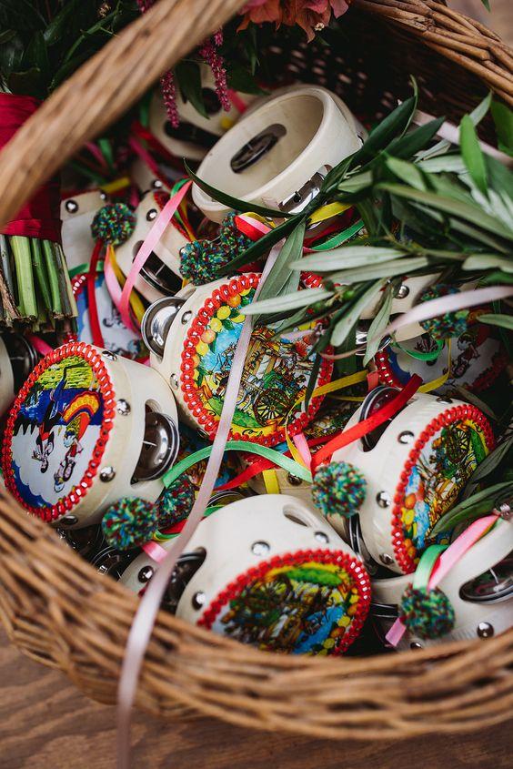 In questa foto piccoli tamburelli siciliani e rametto d'ulivo raccolti in una cesta di vimini usate per un matrimonio a tema Sicilia