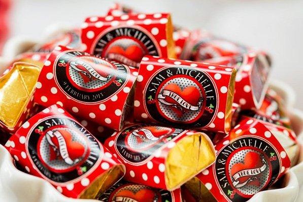 In questa foto cioccolatini con in incarto rosso a pois bianchi ideali per un matrimonio a tema anni 50