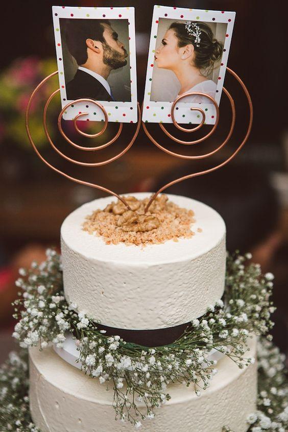 In questa foto il cake topper è realizzato con due foto polaroid degli sposi, scattate durante il ricevimento di nozze
