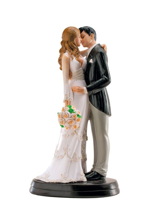 In questa foto la statuina di due sposi che si baciano, perfetta come topper della torta nuziale