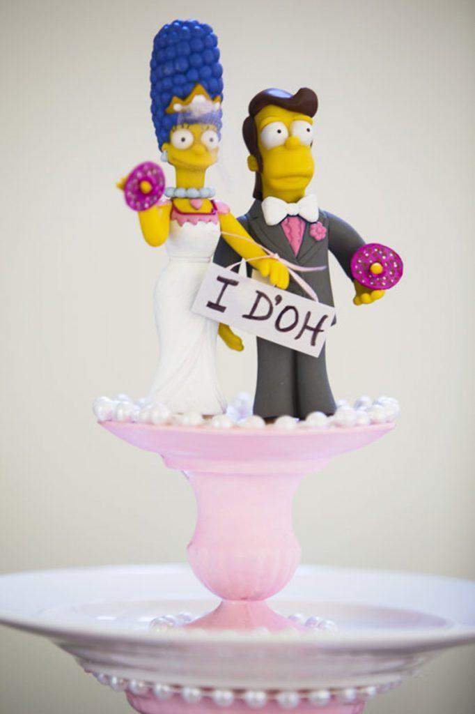 In questa foto un cake topper simpatico: Marge e Home Simpson nel giorno delle nozze, vestiti da sposi