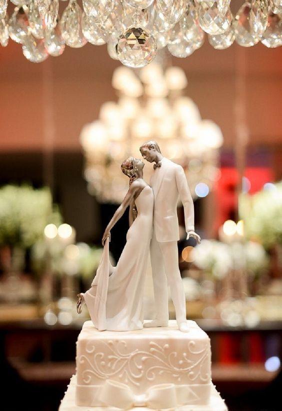 In questa foto la statuina di due sposi intendi a baciarsi