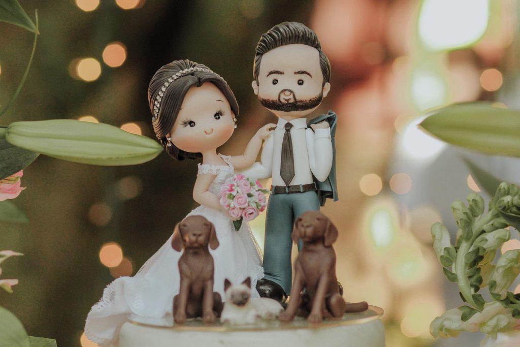 In questa foto una cake topper personalizzato: i due sposi sono con i loro cani e il gatto
