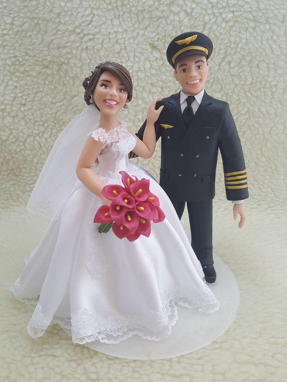 In questa foto un cake topper personalizzato con il volto e le sembianze degli sposi reali