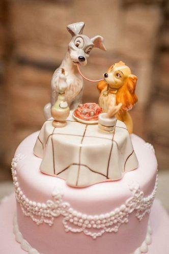 In questa foto un cake topper con Lilly e il Vagabondo per una torta nuziale a tema Disney
