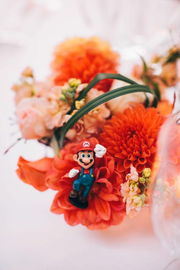 In questa foto la decorazione di Super Mario per un centrotavola, perfetto per un matrimonio a tema anni 80