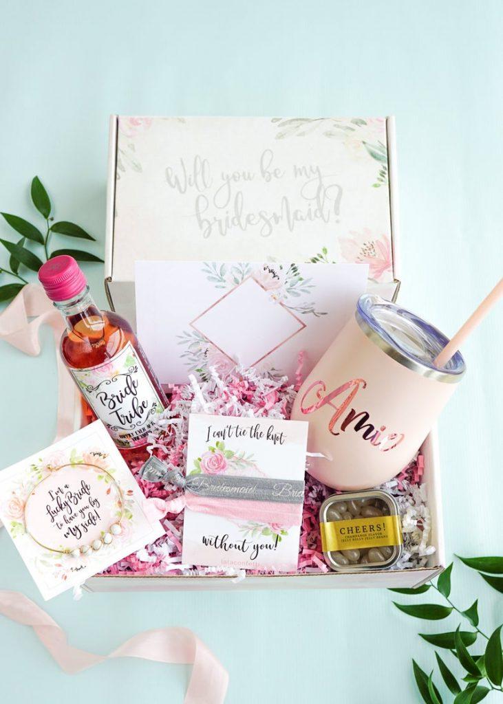 In questa foto una scatola personalizzata, piena di oggetti per festeggiare, con cui chiedere alla propria amica Vuoi essere la mia damigella?