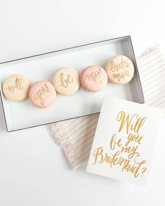 In questa foto 5 macarons, uno per ogni parola della frase Will you be my Bridesmaid?