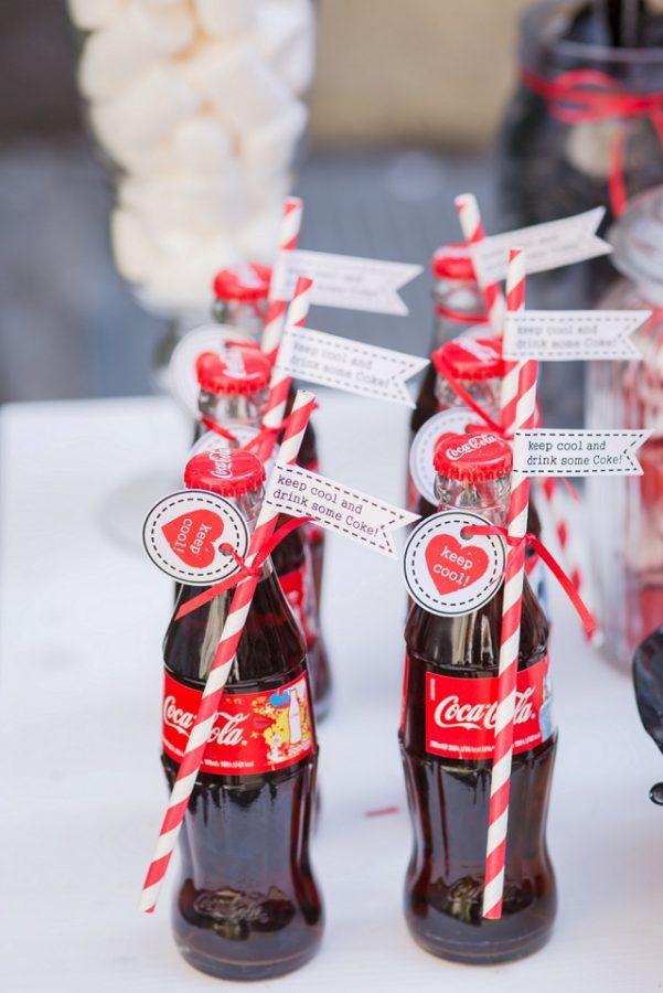 In questa foto bottigliette Coca Cola in vetro con cannuccia usate come segnaposto per un matrimonio a tema anni 50